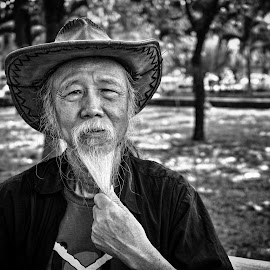 The portrait of a old violist by Sơn Hải - People Musicians & Entertainers ( old, violin, park, vietnam,  )