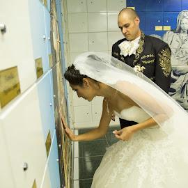 Beso a Papa!!! by Martin Santacruz - Wedding Other ( novios, ceremonia, misa, tumba, tristeza )