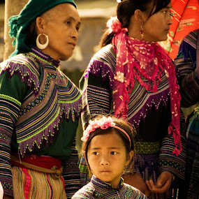 by Elliot Moore - People Family ( market, family, bac ha, vietnam, women, hmong,  )
