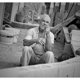 a hard days rest by Albino Olim - People Portraits of Men ( work, black and white, agriculture, man, madeira )