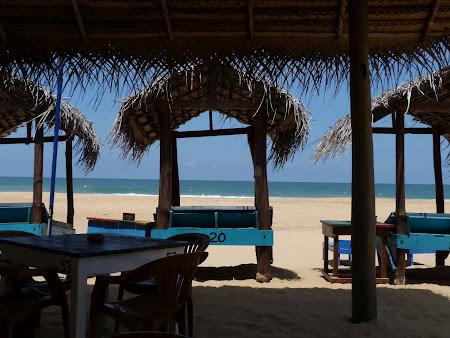 Plaja Sri Lanka: paturi cu baldachin pe plaja