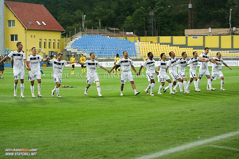 Jucătorii medieșeni salută publicul la sfărșitul meciului dintre Gaz Metan Mediaș și KuPS Kuopio (Finlanda) din cadrul turului 2 preliminar al UEFA Europa League, disputat în data de 21 iulie 2011