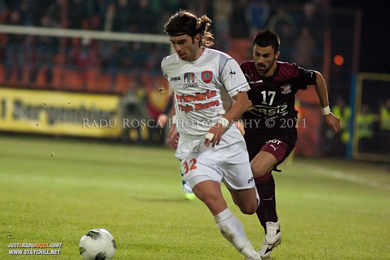 Borislav Topic de la FCM se dueleaza cu Valention Cretu de la Rapid in timpul meciului dintre FCM Tirgu Mures si FC Rapid Bucuresti din cadrul etapei a XIII-a a Ligii Profesioniste de Fotbal, disputat luni, 7 noiembrie 2011, pe stadionul Transil din Tirgu Mures.
