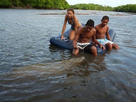 Peixe-boi jucandu-se cu niste copii