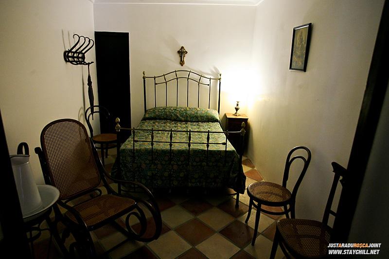 Cam asa arata un dormitor. Legenda spune ca acum cateva sute de ani, oamenii erau foarte mici de statura. Motiv pentru care, pentru ei, aceasta camaruta ar fi parut imensa.