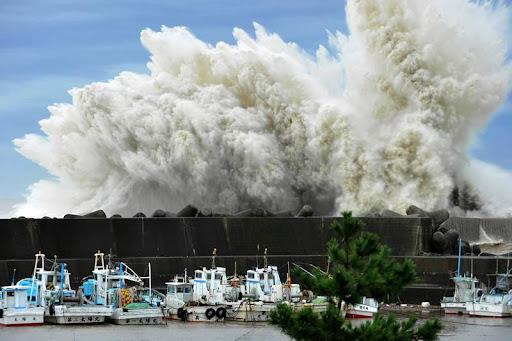Тайфун в порту Удоно, Япония. Фото: Associated Press