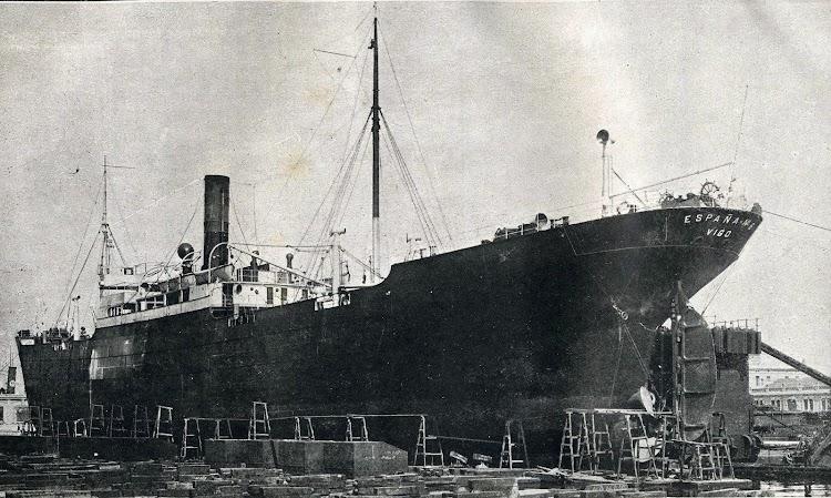 El ESPAÑA Nº 6 en el dique flotante y deponente de Barcelona. Foto de la Memoria de la JOP de Barcelona. Años 1.920-22.jpg