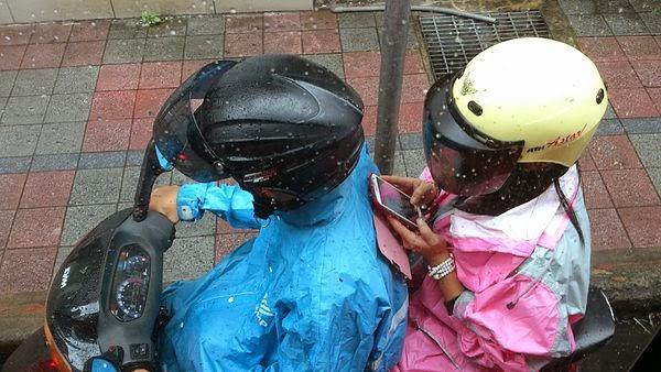 騎機車 玩手機