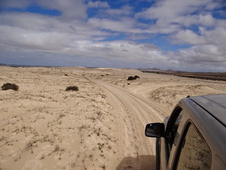 28. Cu masina prin desert.JPG