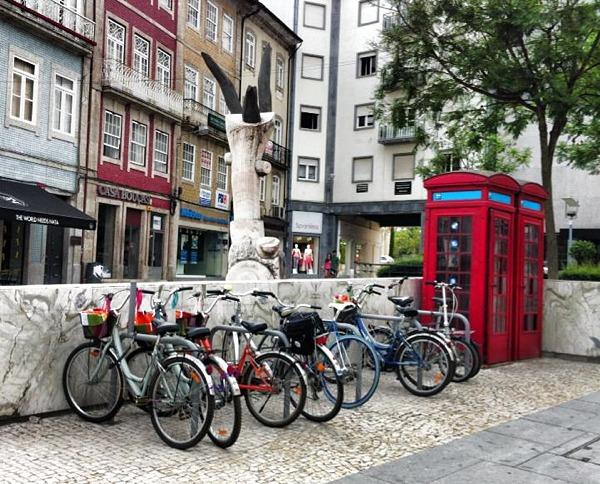 Estacionamento bicicletas na Arcada junto ao Banco de Portugal, em Braga