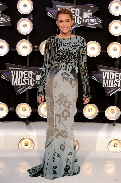 Miley Cyrus arrives at the 2011 MTV Video Music Awards