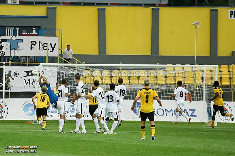 Răzvan Pleșca salvează un șut din lovitură liberă executat de Markus Joenmäki în minutele de prelungire ale meciului dintre dintre Gaz Metan Mediaș și KuPS Kuopio (Finlanda) din cadrul turului 2 preliminar al UEFA Europa League, disputat în data de 21 iulie 2011