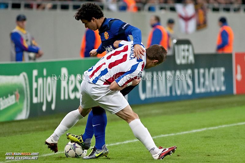 Sorin Frunza (20) incearca sa-l deposedeze pe Fabio (20) in timpul meciului dintre FC Otelul Galati si Manchester United din cadrul UEFA Champions League disputat marti, 18 octombrie 2011 pe Arena Nationala din Bucuresti.
