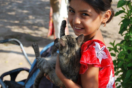 Imagini Uzbekistan: Fetita cu pisica