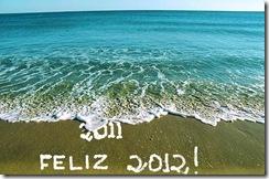 Ondas do mar encobrem a inscrição 2011 que é substituida pela inscrição 2012