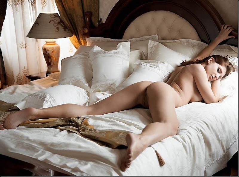 наверное, голые красивые женщины в постели она решает