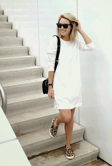 Ténis leopardo e vestido branco