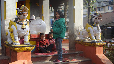 Obiective turistice India: asteptand ora de deschidere a unei manastiri budhiste.JPG