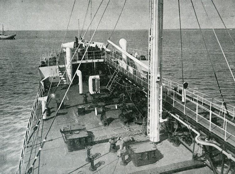 Vista del castillo de proa desde el puente de mando. Foto de la revista INGENIERIA NAVAL. Junio de 1932.jpg