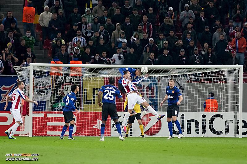 Chris Smalling respinge balonul cu capul de langa Bratislav Punosevac in timpul meciului dintre FC Otelul Galati si Manchester United din cadrul UEFA Champions League disputat marti, 18 octombrie 2011 pe Arena Nationala din Bucuresti.