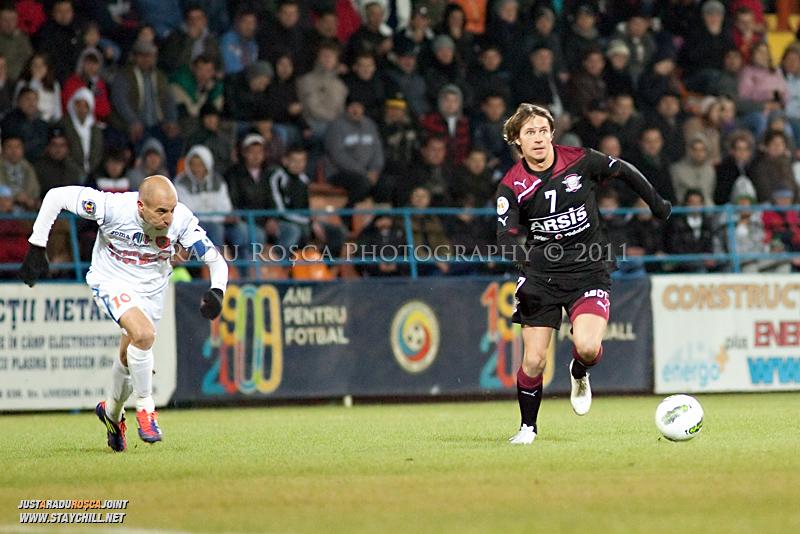 Ciprian Deac de la Rapid si Robert Ilyes de la FCM alearga spre balon in timpul meciului dintre FCM Tirgu Mures si FC Rapid Bucuresti din cadrul etapei a XIII-a a Ligii Profesioniste de Fotbal, disputat luni, 7 noiembrie 2011, pe stadionul Transil din Tirgu Mures.