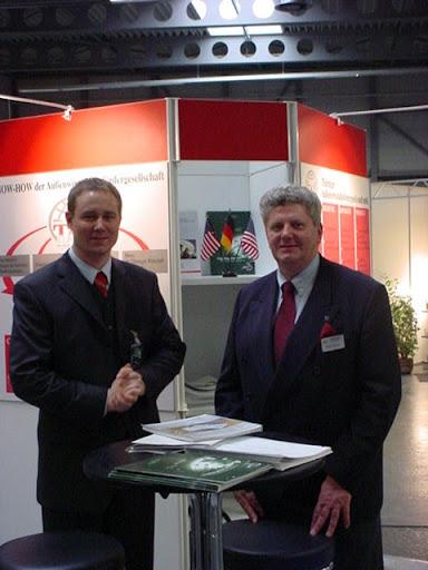 Herr Bräuer (TAF) und Herr Riedel (GACC West) am Messestand der Thüringer Außenwirtschaftsfördergesellschaft (TAF) in Erfurt