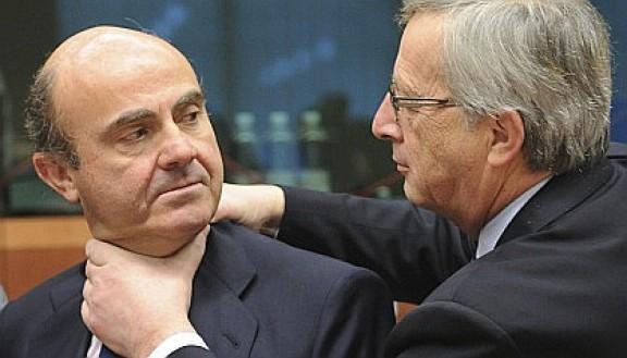 Fotoperiodisme / La imatge de Juncker 'escanyant' Guindos, foto de l'any?