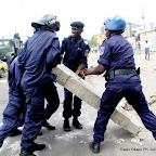 Des policiers tentent de dégager le passage le 23/12/2011 à Kinshasa, lors d'une manifestation relative à la prestation de serment d'Etienne Tshisekedi. Radio Okapi/ph. John Bompengo