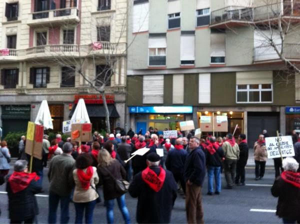 Veïns de #Bellvitge protesten davant la seu del PP contra el tancament del CAP Marina