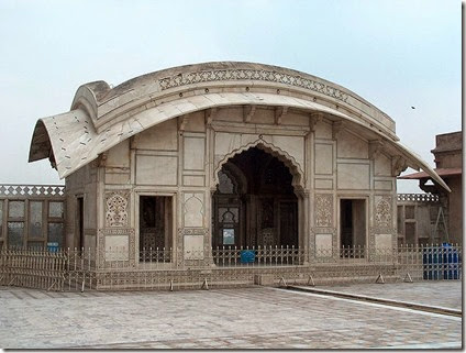 800px-July_9_2005_-_The_Lahore_Fort-Another_sideview_of_Naulakha_pavillion