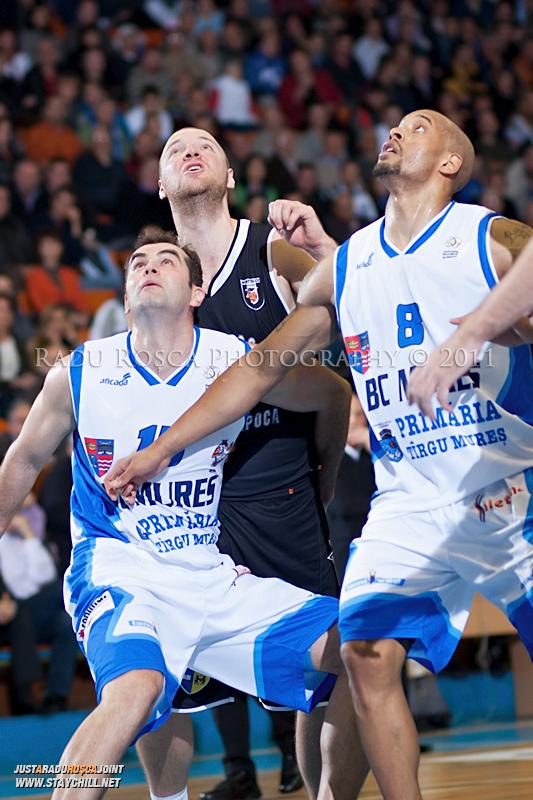 Flavius Lapuste (stanga), Mihai Silvasan (centru) si Jason Forte (dreapta) se dueleaza pentru o recuperare in timpul  partidei dintre BC Mures Tirgu Mures si U Mobitelco Cluj-Napoca din cadrul etapei a sasea la baschet masculin, disputat in data de 3 noiembrie 2011 in Sala Sporturilor din Tirgu Mures.