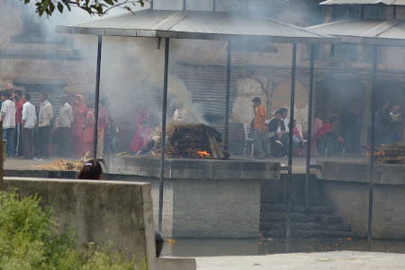 Imagini Nepal: incinerari Pashupatinath