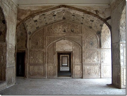 800px-July_9_2005_-_The_Lahore_Fort-Doorways_of_sleeping_chambers