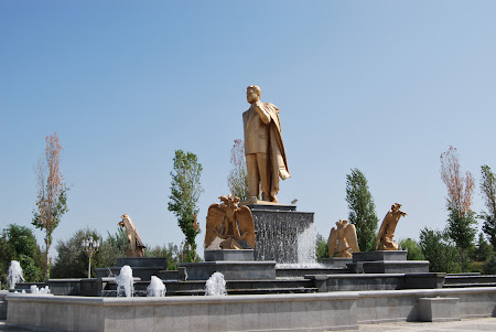 Obiective turistice Turkmenistan: statuia lui Turkmenbashi Ashgabat