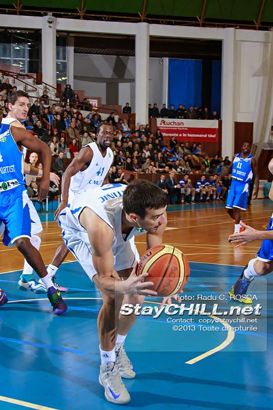 Goran Martinic recupereaza o minge in aparare