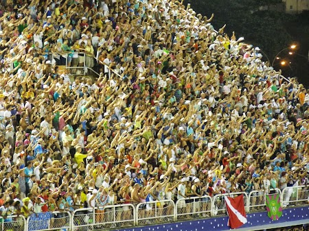 Carnavalul de la Rio:  In tribune era tot ca la meci