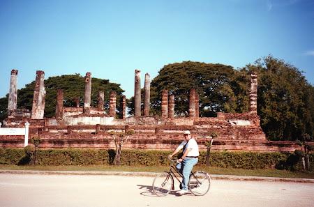 Obiective turistice Thailanda: pe bicicleta la Sukhothai