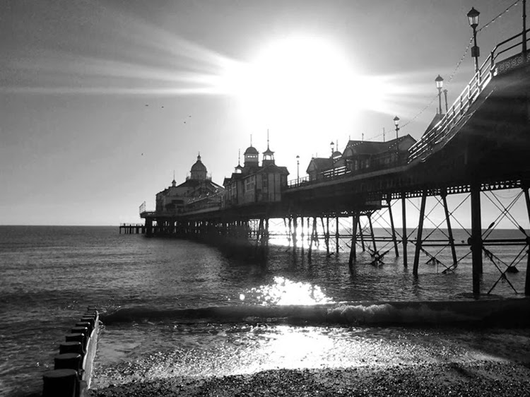 sunny day at eastbourne pier_thumb[2]