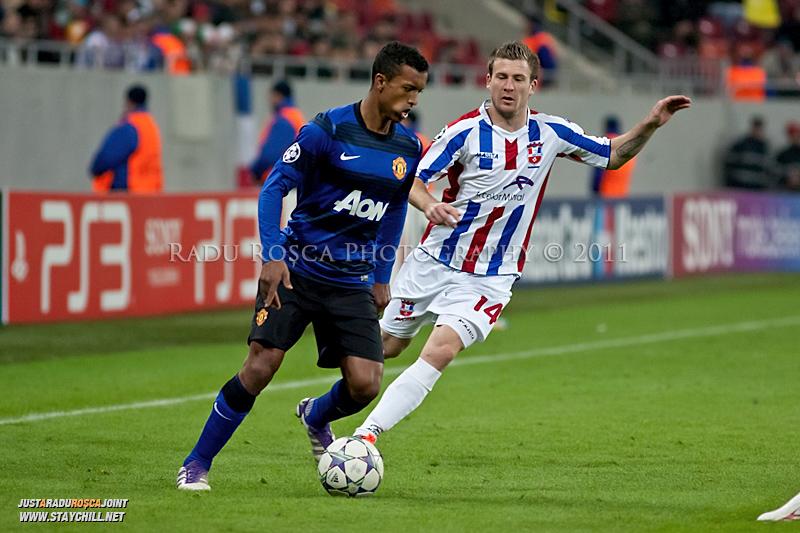 Nani (stanga) incearca sa treaca de Silviu Ilie (14) in timpul meciului dintre FC Otelul Galati si Manchester United din cadrul UEFA Champions League disputat marti, 18 octombrie 2011 pe Arena Nationala din Bucuresti.
