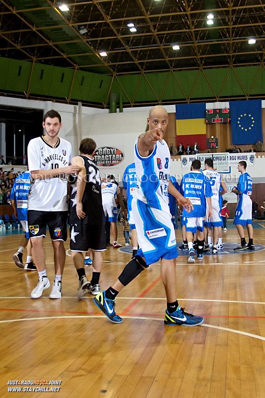 Jason Forte la finalul partidei dintre BC Mures Tirgu Mures si U Mobitelco Cluj-Napoca din cadrul etapei a sasea la baschet masculin, disputat in data de 3 noiembrie 2011 in Sala Sporturilor din Tirgu Mures.