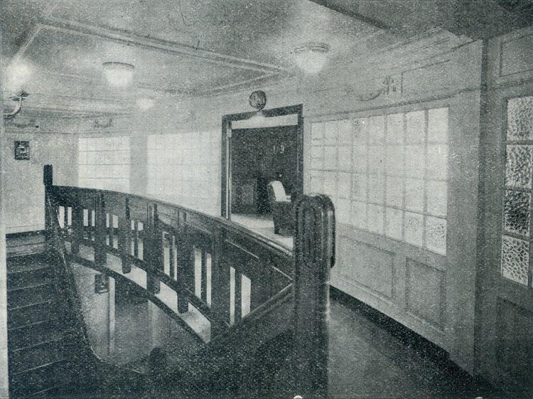 Hall y entrada al salón fumador. Foto de la revista INGENIERIA NAVAL. AÑO XI. NUM 95. Mayo 1943.jpg