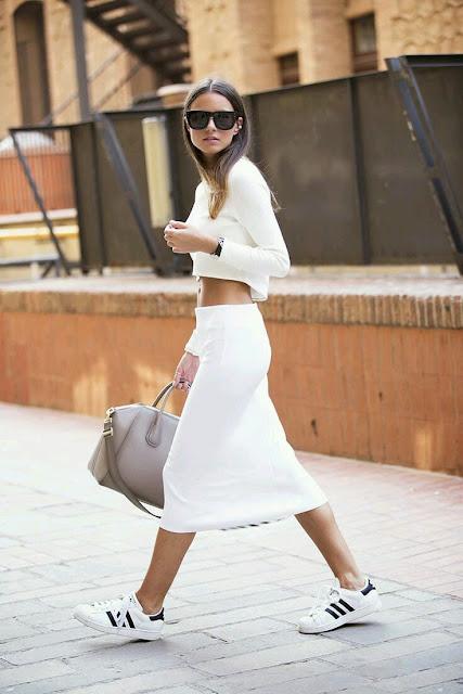 Ténis brancos, saia branca e crop top branco