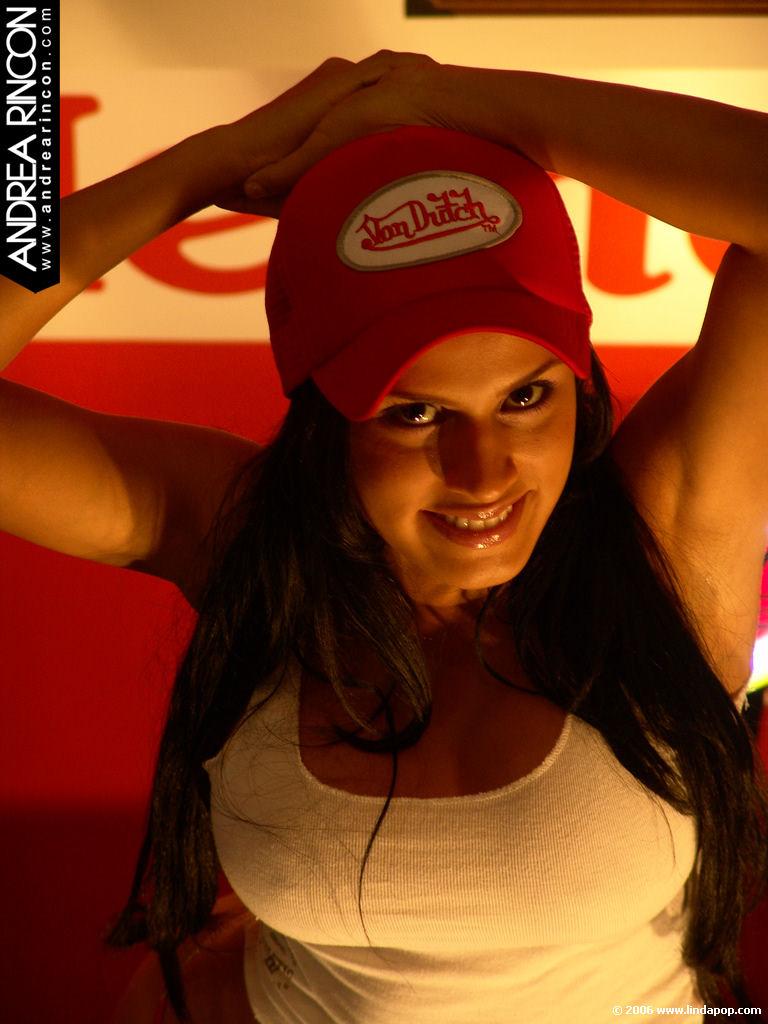 Andrea Rincon, Selena Spice Galeria 56 : Camiseta Blanca, Gorra y Tanga Roja – AndreaRincon.com Foto 1