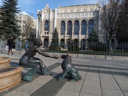 Obiective turistice Budapesta: statui in fata la Vigado