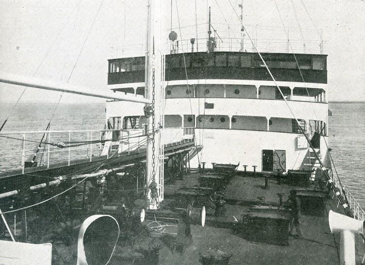 Vista del puente de mando, tomada desde el castillo de proa. Foto de la revista INGENIERIA NAVAL. Junio de 1932.jpg