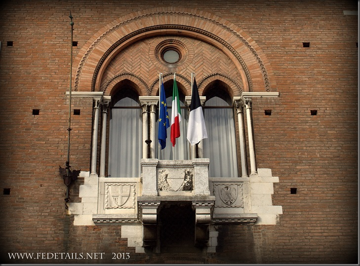 Balconcino Palazzo Municipale, Ferrara, Emilia Romagna, Italia - Town Hall balcony, Ferrara, Emilia Romagna, Italy - Property and Copyrights of FEdetails.net