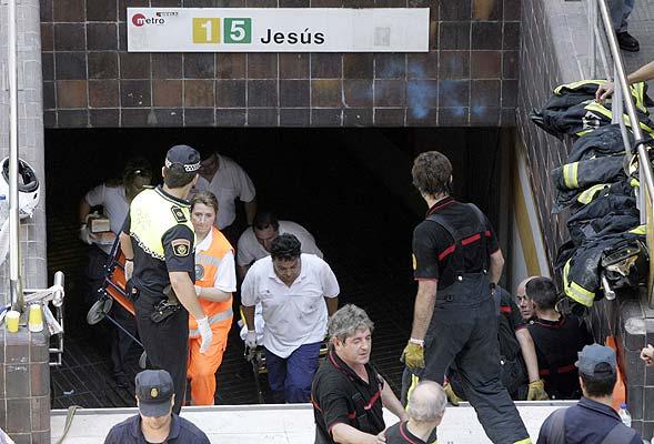 V41. Valencia, 03/07/06.- Miembros del personal sanitario salen de la boca del metro donde ha tenido lugar un accidente de metro esta mañana en Valencia. EFE/Kai Försterling ESPAÑA-ACCIDENTE METRO䀀॔