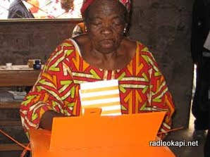 Une vieille dame devant l'urne.