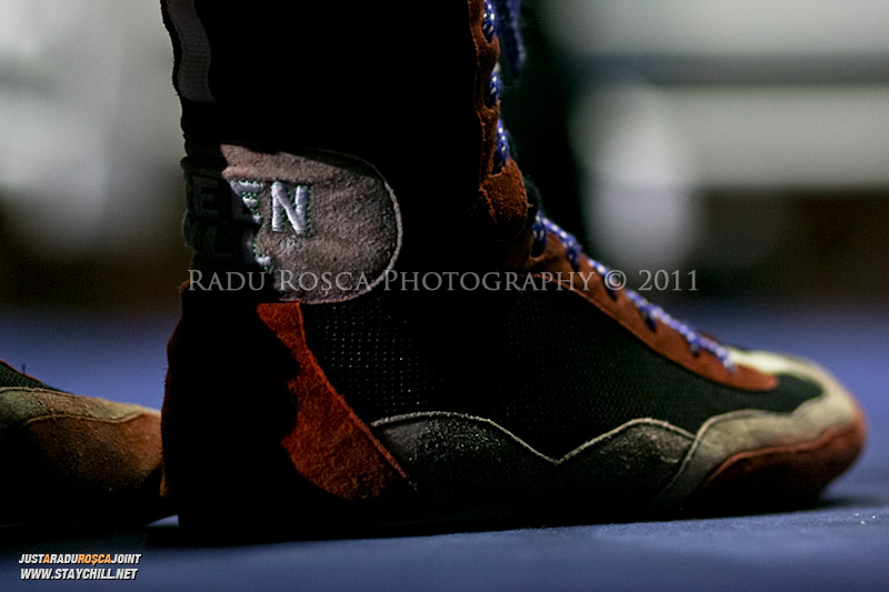 Incaltamintea unui pugilist in timpul Campionatului National de Box ce se desfasoara in Sala Sporturilor din Targu Mures in perioada 27 iunie - 2 iulie 2011