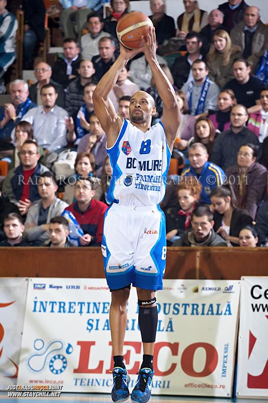 Jason Forte incearca sa inscrie de la trei puncte in timpul  partidei dintre BC Mures Tirgu Mures si U Mobitelco Cluj-Napoca din cadrul etapei a sasea la baschet masculin, disputat in data de 3 noiembrie 2011 in Sala Sporturilor din Tirgu Mures.